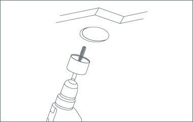 Passo 2. Praticare i fori contrassegnati per ciascun punto nel soffitto